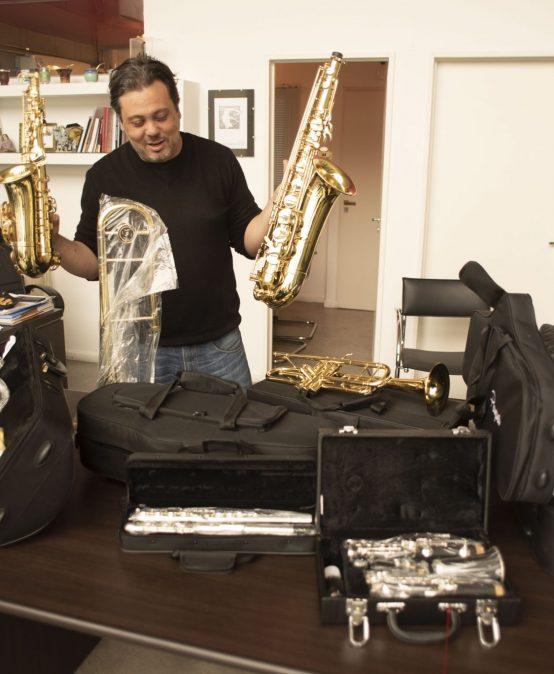 Entrega de instrumentos musicales en la escuela Gobernador Justo Paez Molina